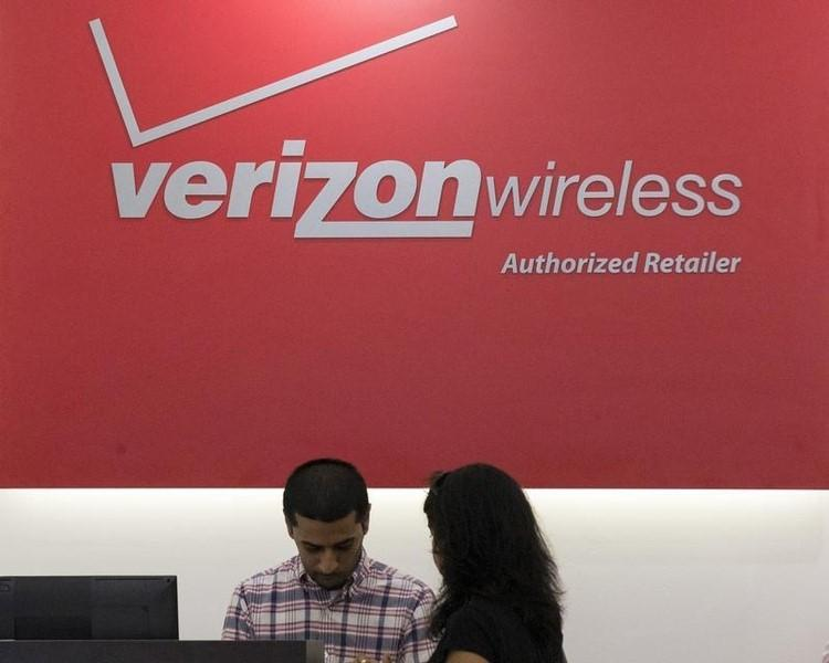 A woman is cashed out at a Verizon store in New York's financial district May 12, 2015.  REUTERS/Brendan McDermid