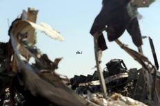 """Вертолет египетских вооруженных сил у места крушения российского авиалайнера близ города Эль-Ариш 1 ноября 2015 года. Причиной крушения российского авиалайнера на Синайском полуострове стало сработавшее на борту воздушного судна взрывное устройство - именно в этой версии """"на 90 процентов"""" уверена занимающаяся катастрофой следственная группа, рассказал Рейтер один из её членов. REUTERS/Mohamed Abd El Ghany"""