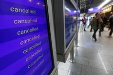 Информационное табло в аэропорту Франкфурта-на-Майне. 6 ноября 2015 года. Авиакомпания Lufthansa сообщила об отмене 929 рейсов, которая затронет около 113 тысяч пассажиров, в связи с забастовкой бортпроводников в трёх крупнейших немецких аэропортах в понедельник. REUTERS/Ralph Orlowski