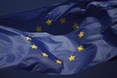 Флаг ЕС у торгового центра в Марбелье. 23 января 2013 года. Премьер ВеликобританииДэвидКэмерон рассчитывает, что референдум о членстве страны в Евросоюзе состоится уже в июне следующего года, если лидеры входящих в ЕС государств одобрят на саммите сообщества в декабре пакет реформ, на которых настаивает Лондон, пишет газета The Times. REUTERS/Jon Nazca