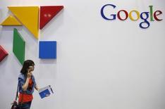 Логотип Google на конференции Global Mobile Internet Conference (GMIC) в Пекине. 28 апреля 2015 года. Федеральная антимонопольная служба РФ пошла навстречу американской Google и продлила на месяц срок, в течение которого компания должна устранить нарушение закона о защите конкуренции, касающееся доминирующего положения на рынке предустановленных магазинов приложений в ОС Android. REUTERS/Kim Kyung-Hoon