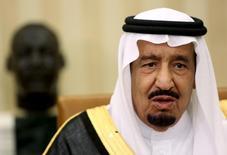 El príncipe saudí Abdulaziz bin Salman, durante una reunión con el presidente de los Estados Unidos, Barack Obama, en Washington, 4 de septiembre de 2015. Los fundamentos del mercado del petróleo a largo plazo siguen siendo robustos pero unos precios bajos por un largo período de tiempo podrían amenazar la seguridad de los suministros y allanar el camino para un alza de los valores, dijo el lunes el viceministro de Petróleo de Arabia Saudita. REUTERS/Gary Cameron