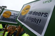 miembros de un sindicato de tripulantes de cabina durante una protesta en el aeropuerto de Fráncfort, Alemania, 6 de noviembre de 2015. Las pérdidas diarias de Lufthansa a partir de la mayor huelga en sus 60 años de historia se ubican claramente en varios millones de euros, incluso cifras de doble dígito, dijo el lunes un portavoz de la aerolínea alemana. REUTERS/Ralph Orlowski