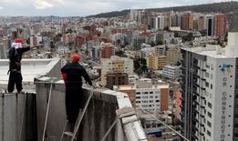 Imagen de archivo de unos trabajadores en un edificio en Quito, sep 7, 2011. La inflación de Ecuador se desaceleró a un 3,48 por ciento en los últimos diez meses hasta octubre frente a igual periodo del año anterior, informó el lunes la agencia oficial de estadísticas.   REUTERS/Guillermo Granja
