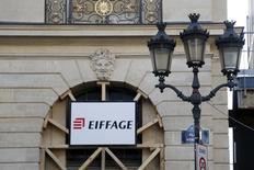Eiffage, qui a annoncé un recul de 3,4% de son activité au troisième trimestre, confirme prévoir une légère baisse de son chiffre d'affaires en 2015. /Photo prise le 23 septembre 2015/REUTERS/Charles Platiau