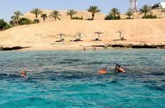 Туристы ныряют с масками в Красном море у Шарм-эш-Шейха 9 ноября 2015 года. Туристическая отрасль Египта в последнее время стремительно набирала обороты, оправившись от последствий политической нестабильности в стране. REUTERS/Asmaa Waguih