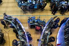 La Bourse de New York a fini en nette baisse lundi, pénalisée par de nouvelles craintes d'un ralentissement de la croissance mondiale. Le Dow Jones a cédé 178,71 points, soit 1,0%,  à 17.731,62. /Photo prise le 6 novembre 2015/REUTERS/Brendan McDermid