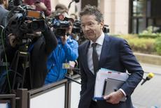 Le président de l'Eurogroupe Jeroen Dijsselbloem, à son arrivée à Bruxelles. Les ministres des Finances de la zone euro ne donneront pas dès ce lundi leur feu vert au déblocage d'une nouvelle tranche d'aide de deux milliards d'euros à la Grèce car toutes les réformes promises par Athènes n'ont pas encore été mises en oeuvre, mais un accord pourrait intervenir d'ici la fin de la semaine. /Photo prise le 9 novembre 2015/REUTERS/Yves Herman