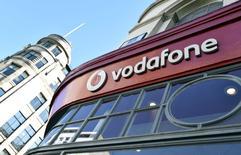 L'opérateur télécoms britannique Vodafone, deuxième opérateur mondial de téléphonie mobile, a fait état d'accélération plus forte que prévu de sa croissance organique au deuxième trimestre de son exercice décalé qui lui permet de se montrer optimiste sur ses performances de l'ensemble de l'année, désormais attendues vers le haut de sa fourchette de prévision. /Photo prise le 10 septembre 2015/REUTERS/Toby Melville