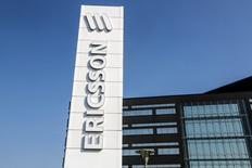 L'équipementier suédois des réseaux mobiles Ericsson dit mardi attendre une croissance moyenne de 2-4% par an pour l'ensemble de ses marchés sur la période 2014-2018, contre 3-5% annoncé initialement. Le numéro un mondial des équipements mobiles réaffirme cependant son ambition de faire mieux. /Photo d'archives/REUTERS/Stig-Ake Jonsson/TT News Agency
