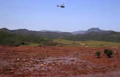 Helicóptero sobrevoa Bento Rodrigues, distrito de Mariana (MG) que foi coberto pela lama de barragens da Samarco após rompimento. 06/11/2015 REUTERS/Ricardo Moraes