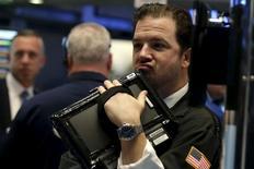 Wall Street a terminé sur une note irrégulière la séance de mardi, les investisseurs hésitant à s'engager dans l'attente de la décision monétaire que prendra la Réserve fédérale le mois prochain. /Photo prise le 10 novembre 2015/REUTERS/Brendan McDermid