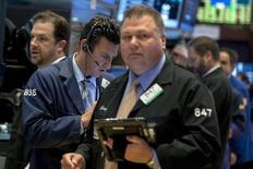 Трейдеры на торгах Нью-Йоркской фондовой биржи 4 ноября 2015 года. Уолл-стрит закрылась в небольшом плюсе после хаотичной сессии во вторник, после того как рост акций потребсектора перевесил падение бумаг Apple, а инвесторы замерли в ожидании возможного подъёма ставок Федрезерва США. REUTERS/Brendan McDermid