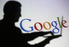 Homem usando computador em frente logo do Google, em fotografia ilustrativa tirada em Zenica.  29/10/2014    REUTERS/Dado Ruvic
