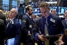 Operadores trabajando en la bolsa de Wall Street en Nueva York, nov 4, 2015. Las acciones subían levemente el miércoles tras la divulgación de unos datos de China que parecían justificar las nuevas medidas de estímulo de Pekín, pese a que los inversores se preparan para una posible alza en las tasas de interés de Estados Unidos en diciembre. REUTERS/Brendan McDermid