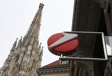 El logor de UniCredit junto a la catedral de St. Stephen en Viena, nov 11, 2015. UniCredit, el banco italiano más grande por activos, planea reducir miles de puestos de trabajo, además de reestructurar o salir del negocio minorista en Austria y arrendar operaciones en Italia, en un intento por impulsar sus finanzas sin tener que pedir efectivo a sus accionistas.   REUTERS/Heinz-Peter Bader