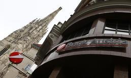 Отделение UniCredit в Вене. 11 ноября 2015 года. UniCredit, крупнейший банк Италии по размеру активов, планирует сократить тысячи рабочих мест и реструктуризировать или выйти из розничного бизнеса в Австрии и лизингового бизнеса в Италии, пытаясь укрепить финансовые показатели без увеличения капитала. REUTERS/Heinz-Peter Bader