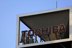 The logo of Toshiba Corp is seen at its headquarters in Tokyo, Japan, November 6, 2015. Japan's Toshiba, struggling with a major accounting scandal, is trying to sell down a $7.4 billion commitment to U.S. liquefied natural gas (LNG), which it signed two years ago as part of a plan to sweeten sales of turbines for power plants. REUTERS/Yuya Shino
