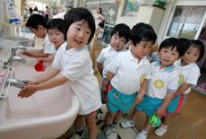 Nursery school children wash their hands before eating lunch at Hinagiku nursery in Moriyama, western Japan May 27, 2008.  REUTERS/Yuriko Nakao