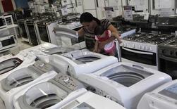 Mulher olhando máquinas de lavar roupa em loja em São Paulo.   21/02/2013   REUTERS/ Nacho Doce