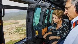 Dilma sobrevoa áreas atingidas por rompimento de barragens, acompanhada pelo governador de MG, Fernando Pimentel (PT). 12/11/2015 REUTERS/Roberto Stuckert Filho/Presidência da República