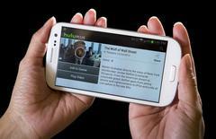 Le service de vidéo à la demande Hulu négocierait une entrée de Time Warner dans son capital à l'occasion d'une transaction qui le valoriserait à plus de cinq milliards de dollars (4,6 milliards d'euros), /Photo d'archives/REUTERS/Carlo Allegri