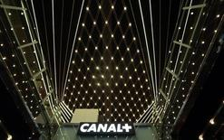 Vincent Bolloré, président du conseil de surveillance de Vivendi, s'est dit prêt à investir quelque 2 milliards d'euros en vue de relancer le spécialiste de la télévision payante Canal+, confronté à une érosion de sa base d'abonnés. Fragilisé par l'essor des offres de vidéos en ligne type Netflix et par la concurrence des chaînes qataries beIN Sports, le numéro un de la télévision payante en France a perdu 88.000 abonnés dans l'Hexagone sur les neuf premiers mois de l'année. /Photo d'archives/REUTERS/Eric Gaillard