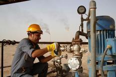Un trabajador ajusta la válvula de un conducto de petróleo, en la refinería de Najaf, en Najaf, al sur de Bagdad, 3 de octubre de 2013. Irak superó a Arabia Saudita como el segundo mayor distribuidor de petróleo en Europa, mientras Irán está atrayendo a futuros compradores de crudo para cuando se levanten las sanciones en su contra, eventos que muestran que la disputa por participación de mercado entre Rusia y las naciones de la OPEP se está caldeando. REUTERS/Ahmad Mousa