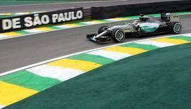 Piloto britânico Lewis Hamilton dirige seu Mercedes durante treino no circuito de Interlagos, em São Paulo. 13/11/2015 REUTERS/Action Images/Hoch Zwei