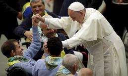 Papa Francisco cumprimenta homem doente no Vaticano.  12/11/2015. REUTERS/Max Rossi