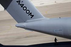 L'Allemagne a infligé une amende de 13 millions d'euros à Airbus pour un retard de livraison concernant deux avions militaires de transport de troupes A400M, selon des documents consultés vendredi par Reuters. /Photo prise le 14 septembre 2015/REUTERS/Marcelo del Pozo