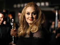 """Cantora Adele recebe Oscar pela música """"Skyfall"""" em 2013. 24/2/2013.   REUTERS/Lucas Jackson"""