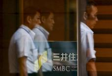 Men enter the headquarters of Japanese bank Sumitomo Mitsui Financial Group Inc (SMBC) in Tokyo July 31, 2015. REUTERS/Thomas Peter