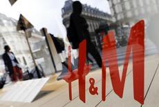 Витрина магазина H&M в Париже. 24 августа 2015 года. Продажи второго по величине мирового ритейлера одежды Hennes & Mauritz в октябре выросли на 12 процентов в годовом выражении в местных валютах, немного не дотянув до прогнозов. REUTERS/Regis Duvignau