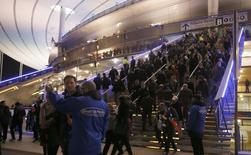 Pessoas deixando o Stade de France durante amistoso entre França e Alemanha.  13/11/2015     REUTERS/Gonazlo Fuentes