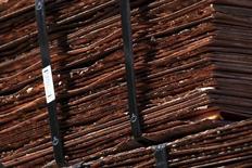 Un cargamento de cátodos de cobre en la mina estatal de Chuquicamata de Codelco operando cerca de Calama, en el norte de Chile, abr 1 2011. La minera chilena Codelco, la mayor productora de cobre del mundo, recortó su prima para el envío de metal rojo refinado a China en el 2016 en más de una cuarta parte a un mínimo en tres años, dijeron operadores el lunes, en la última señal de debilidad de la demanda en el mayor comprador del mercado. REUTERS/Ivan Alvarado