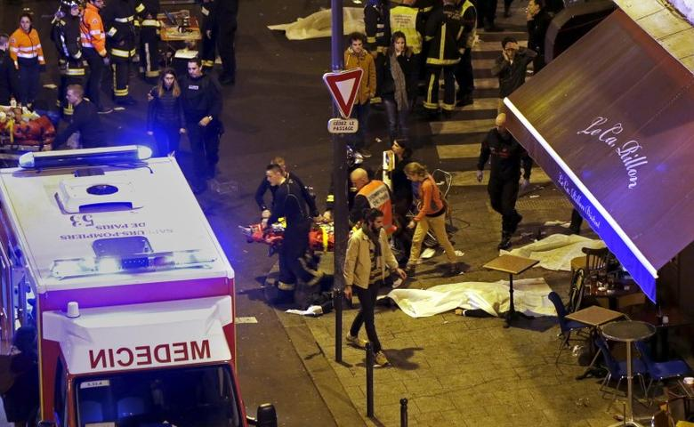 General view of the scene with rescue service personnel working near covered bodies outside the Le Carillon restaurant following shooting incidents in Paris, France, November 13, 2015.   REUTERS/Philippe Wojazer