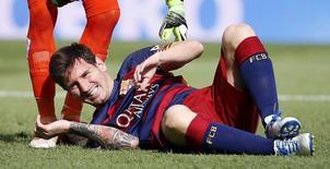 Lionel Messi sofre lesão em jogo do Barcelona contra o Las Palmas. 26/9/2015. REUTERS/Sergio Perez