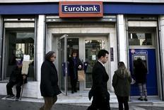 L'augmentation de capital d'Eurobank a été pleinement souscrite. La troisième banque grecque doit lever jusqu'à 2,04 milliards d'euros pour renforcer ses fonds propres à la suite d'une évaluation effectuée par la Banque centrale européenne. /Photo d'archives/REUTERS/Alkis Konstantinidis