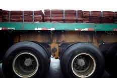 Imagen de archivo de un cargamento de cátodos de cobre arriba de un cambión en el puerto de Yangshan, al sur de Shanghái, China, 23 de marzo de 2012. Los precios del cobre caían el martes y tocaron su nivel más bajo en más de seis años debido a que temores acerca del crecimiento de la demanda en China y la fortaleza del dólar alimentaban el pesimismo. REUTERS/Carlos Barria