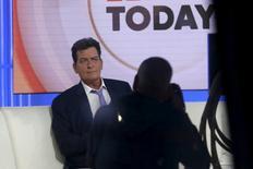 """El actor Charlie Sheen en el set del programa """"Today Show"""" de la cadena NBC, siendo entrevistado por Matt Lauer, en Nueva York, 17 de noviembre de 2015. Charlie Sheen, la ex estrella de la popular serie estadounidense """"Two and A Half Men"""", reveló el martes que es VIH positivo. REUTERS/Mike Segar"""