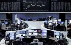 Les Bourses européennes ont clôturé mardi en forte hausse, les investisseurs pariant sur des effets de courte durée des attentats meurtriers de Paris sur l'économie mondiale.  Paris a gagné 2,77% et Francfort 2,41%. /Photo prise le 16 novembre 2015/REUTERS/Remote/Staff