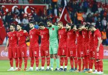 Jogadores turcos observam um minuto de silêncio contra a Grécia em Istambul. 17/11/2015.  REUTERS/Osman Orsal