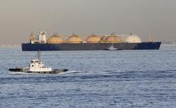 СПГ-танкер у японского порта Йокогама 5 декабря 2012 года. Американские поставщики газа вступят в конкуренцию с Россией на европейском рынке в феврале будущего года, когда Литва получит из США первую партию сжиженного газа (СПГ), сообщили два источника в отрасли. REUTERS/Yuriko Nakao