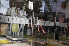 Una tienda de Ripley, vista en el distrito comercial de San Isidro, en Lima, 16 de octubre de 2014. Las acciones de la minorista chilena Ripley se disparaban el miércoles en la bolsa local, en medio de reportes de medios sobre una posible adquisición por parte de la firma mexicana Liverpool. REUTERS/Enrique Castro-Mendivil