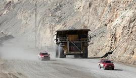 Un camión recolector con un cargamento de cobre a las afueras de la mina de cobre Chuquicamata en Chile, abr 1, 2011. Los mercados de materias primas podrían afrontar otro golpe a los precios si, como se espera, la Reserva Federal de Estados Unidos ajusta su política en diciembre y el dólar se fortalece aún más.  REUTERS/Ivan Alvarado