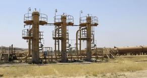 """Нефтяное месторождение Bai Hassan к северо-западу от Киркука. 12 июля 2014 года. Полуавтономная провинция Ирака Курдистан использует сложные схемы для продажи нефти в обход центрального правительства и продолжит заниматься этим независимо от мнения Багдада, потому что курдам нужны деньги для борьбы с """"Исламским государством"""". REUTERS/Ako Rasheed"""