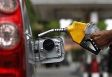 Un trabajador llena el estanque de un auto en una gasolinera en Yakarta, 18 de abril de 2013. Los operadores petroleros se están preparando para otra caída en los precios en marzo del 2016, según datos del mercado, ya que un invierno boreal más cálido podría afectar la demanda justo cuando las exportaciones de crudo iraní vuelven a los mercados globales tras el fin a las sanciones contra el país islámico. REUTERS/Beawiharta