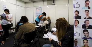 Personas rellenando formularios de empleo en Sao Paulo. 11 de mayo de 2015. La tasa de desempleo de Brasil subió inesperadamente en octubre a un máximo de seis años, según datos oficiales publicados el jueves, lo que aumenta la evidencia de la gravedad de la recesión del país. REUTERS/Paulo Whitaker