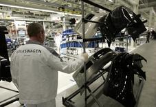 Рабочий на заводе Volkswagen в Калуге. 20 октября 2009 года. Росстандарт сообщил в четверг об отзыве 1.906 автомобилей Volkswagen из-за возможных проблем с двигателем. REUTERS/Alexander Natruskin